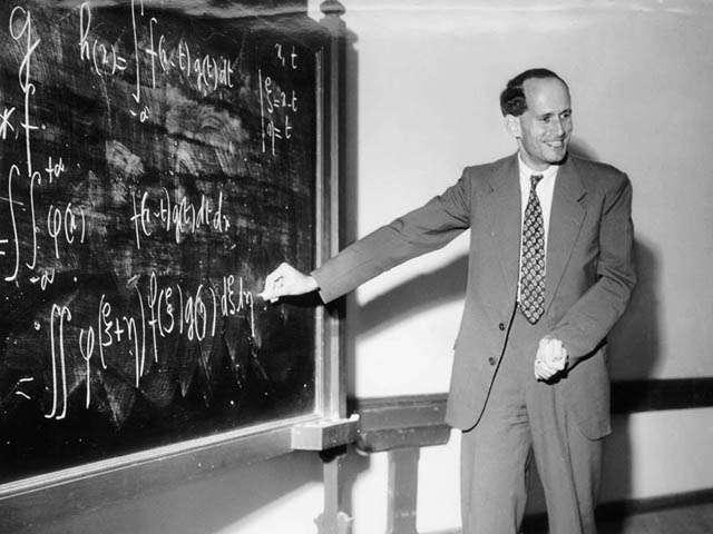 Médaille Fields de mathématique, le grand mathématicien Laurent Schwartz (1915-2002) était aussi très engagé, et il a été membre du Tribunal Russell. Ses talents d'enseignants étaient légendaires, comme en témoigne son cours d'analyse de l'École polytechnique. Il était un des membres de Bourbaki. © École polytechnique