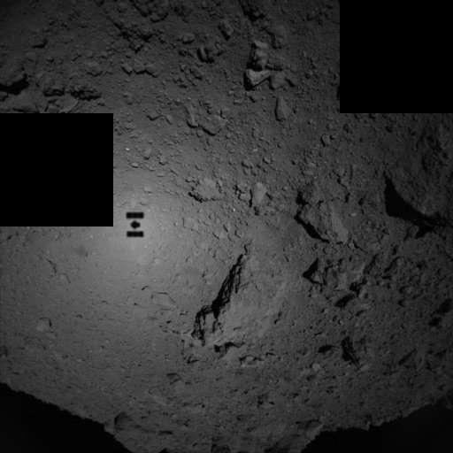 Hayabusa-2 a photographié sa propre ombre projetée sur Ryugu lors de sa descente pour déployer les deux rovers. © Jaxa