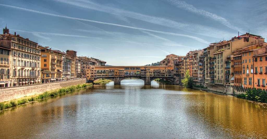 Le Ponte Vecchio passe au-dessus de l'Arno, le fleuve qui traverse Florence. Il est l'un des lieux d'intérêt majeurs de la ville. © Gary Ashley CC by 2.0
