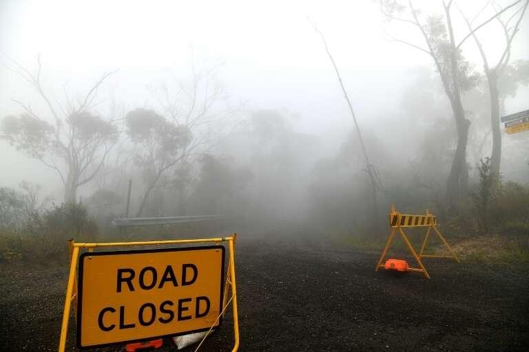 Et toujours plus de 80 feux dans les deux États de Nouvelle-Galles du Sud et de Victoria. Ici, une route fermée en raison des feux de forêts. © Saeed Khan, AFP, Archives