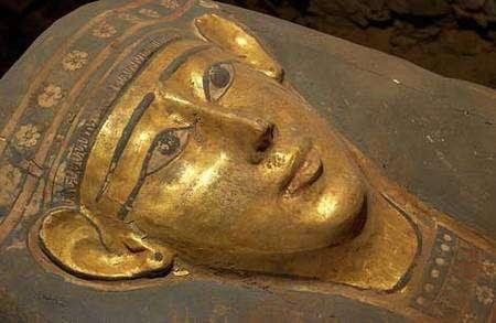 Masque de sarcophage (IVe siècle avant J.-C.) secteur ouest. © Photos Christian Décamps / Mission archéologique du Louvre à Saqqara