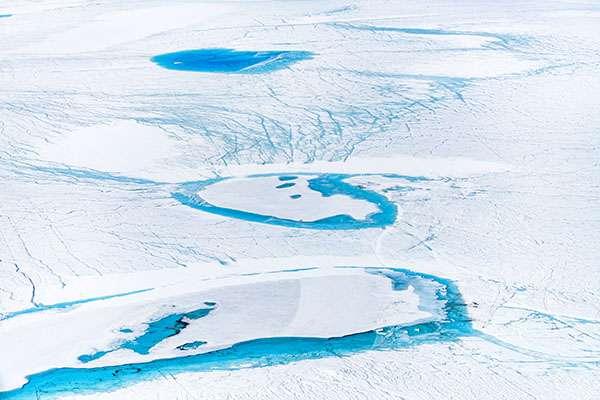 Accumulation d'eau sous forme de lac sur l'inlandsis. © Florian Ledoux, tous droits réservés
