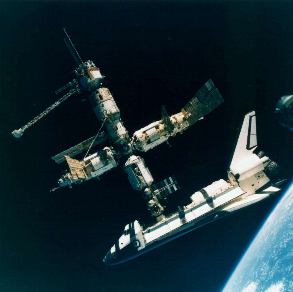 Atlantis a rejoint à six reprises, entre juin 1995 et septembre 1997, la station soviétique Mir. Pour l'occasion, elle était dotée d'un sas et d'un port d'amarrage spécifiquement conçu pour s'amarrer à Mir. © Nasa