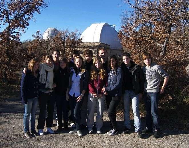 Les douze découvreurs posent devant les coupoles de l'observatoire de Haute-Provence. © DR