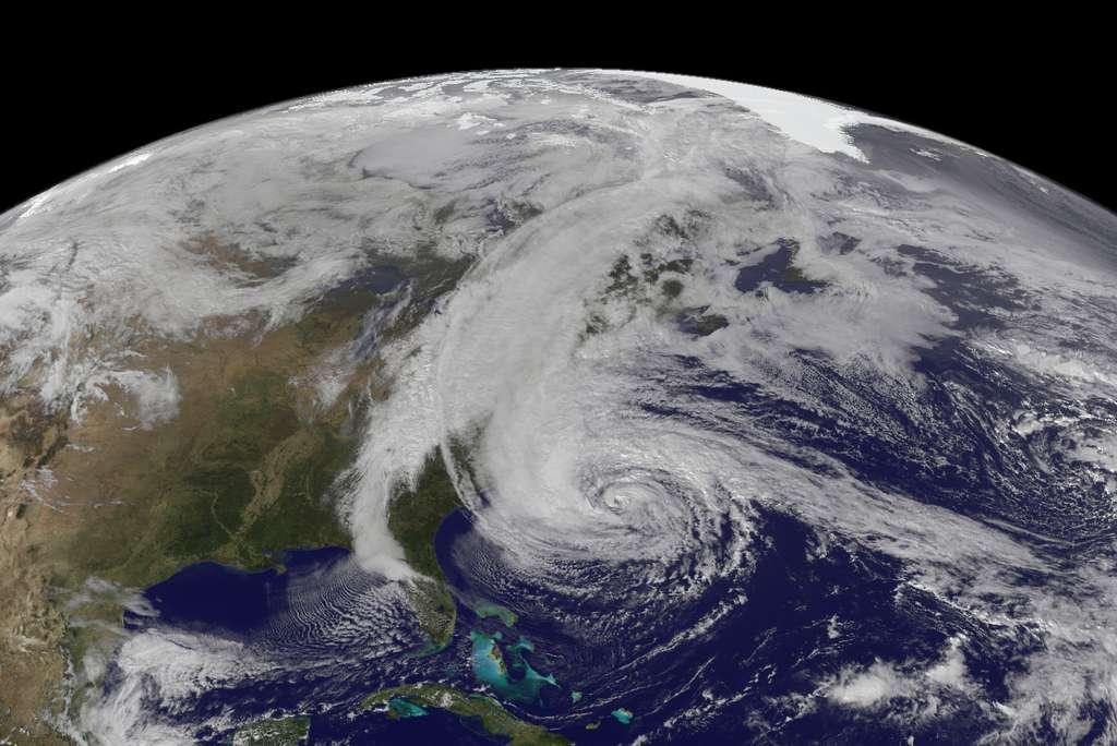 La saison cyclonique 2012 aura marqué les esprits avec l'ouragan Sandy (ici en photo satellite prise le 28 octobre 2012). Il a frappé toute la côte est des États-Unis. La saison 2013 sera, d'après les prévisions, au moins aussi active que l'année dernière. Faut-il se préparer à un « Sandy bis » ? © NOAA
