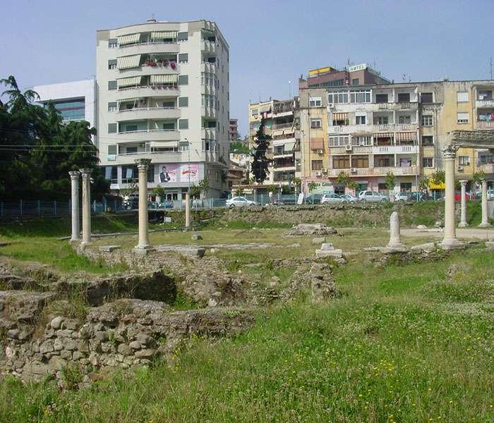 Vue du Forum circulaire byzantin et de la ville moderne de Durrës. © Mission archéologique franco-albanaise de Dyrrachium 2016, tous droits réservés