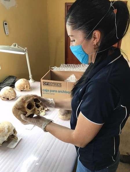 Pour la première fois, des chercheurs parmi lesquels Alyson Wilson – ici au Mexique pour identifier des crânes – ont pu capturer les mouvements d'un corps humain jusqu'à plus d'un an après sa mort. © Alyson Wilson, Central Queensland University
