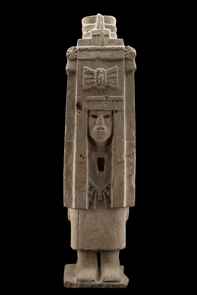 Cette statue de femme associée à la divinité aztèque Chicomecóatl est un exemple du syncrétisme culturel qui se joue dans le golfe du Mexique. Elle provient de la cité multiculturelle de Castillo de Teayo, qui abrita des Huastèques, des Totonaques et des Nahuas, et connut la domination aztèque. © D.R. Secretaría de Cultura-INAH / Archivo Digital de las Colecciones del Museo Nacional de Antropología-Inah-Canon, Jesus Valdovinos Alquicira, reproduction autorisée par Instituto Nacional de Antropología e Historia, México