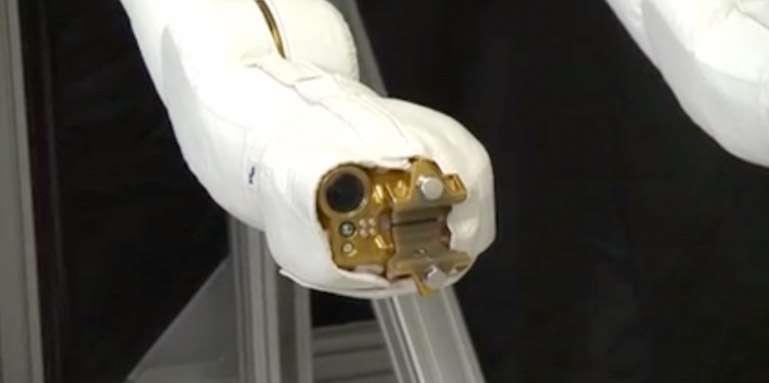 L'extrémité d'une des jambes de Robonaut 2, avec le mécanisme de serrage et la caméra. Le robot attendra le mois de juin pour en être équipé. © Nasa