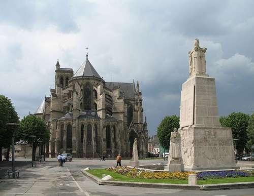 Soissons (département de l'Aisne, France) : la cathédrale Saint-Gervais-et-Saint-Protais et le monument aux morts sur la place Fernand Marquigny. © Marc Ryckaeret, cc by 2.5
