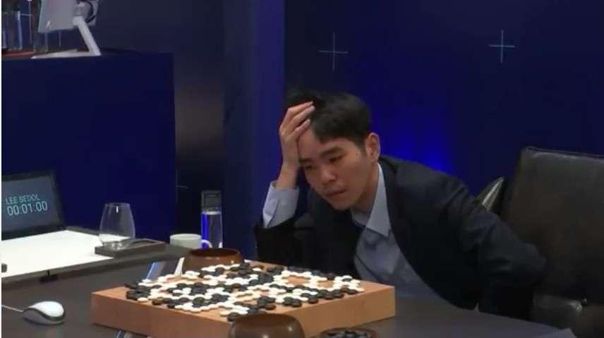 Lee Sedol vient d'abandonner la partie dans le cinquième et dernier match qui l'opposait à l'intelligence artificielle AlphaGo. © DeepMind, YouTube
