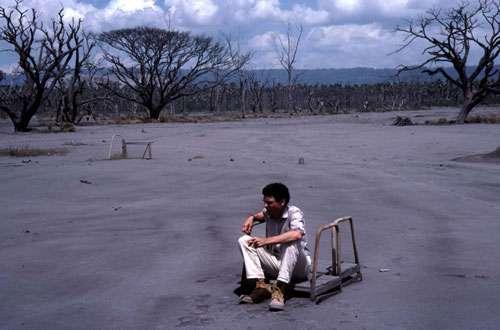 La ville de Rabaul en Papouasie-Nouvelle-Guinée a été recouverte de plusieurs mètres de cendres lors de l'éruption du Tavurvur. J.-M. Bardintzeff est assis sur la chaise de l'arbitre du terrain de tennis ! © J.-M. Bardintzeff/P. de Saint-Ours