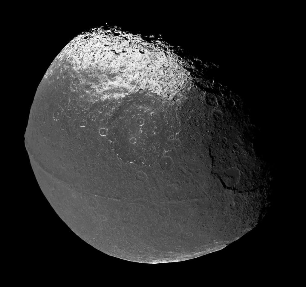 Une autre vue de Japet prise lors d'un survol par la sonde Cassini. Le bourrelet équatorial est bien visible. © Nasa, JPL