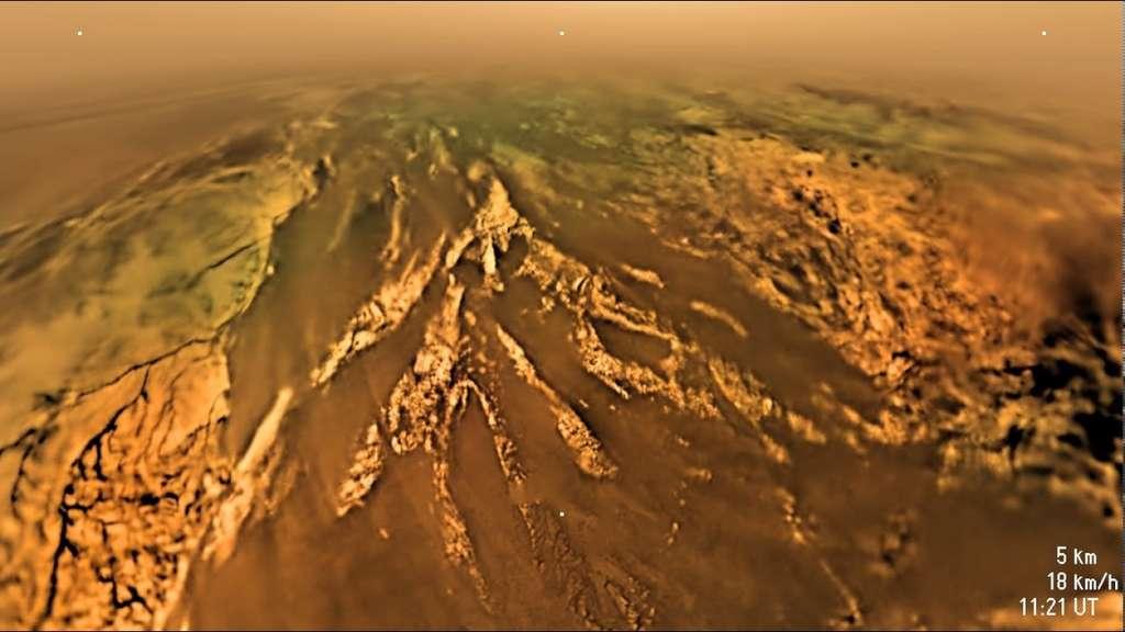 Des montagnes, des vallées, des écoulements : le module Huygens révèle un monde inconnu et complexe. L'altitude est ici de 5.000 m et l'engin, sous son parachute principal, descend à moins de 20 km/h. © Nasa, Caltech, SSI, ESA