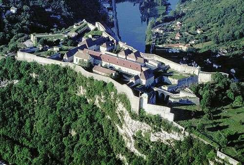 Vue aérienne de la citadelle de Besançon. Si vous partez faire du tourisme dans le Doubs, ne ratez pas cette citadelle et ses fortifications ! © Comité régional du tourisme de Franche-Comté (CRT) - Libre de droit