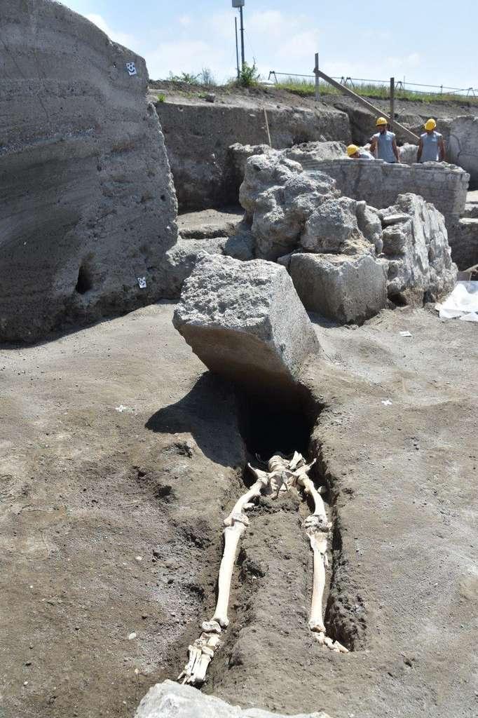 Souffrant d'une infection à la jambe, cet homme d'une trentaine d'années n'a pas eu le temps de fuir durant la destruction de Pompéi, il y a près de 2.000 ans. Il a péri violemment au cours de l'éruption du Vésuve. Le bloc de pierre l'a sans doute décapité. © Pompeii, Parco Archeologico