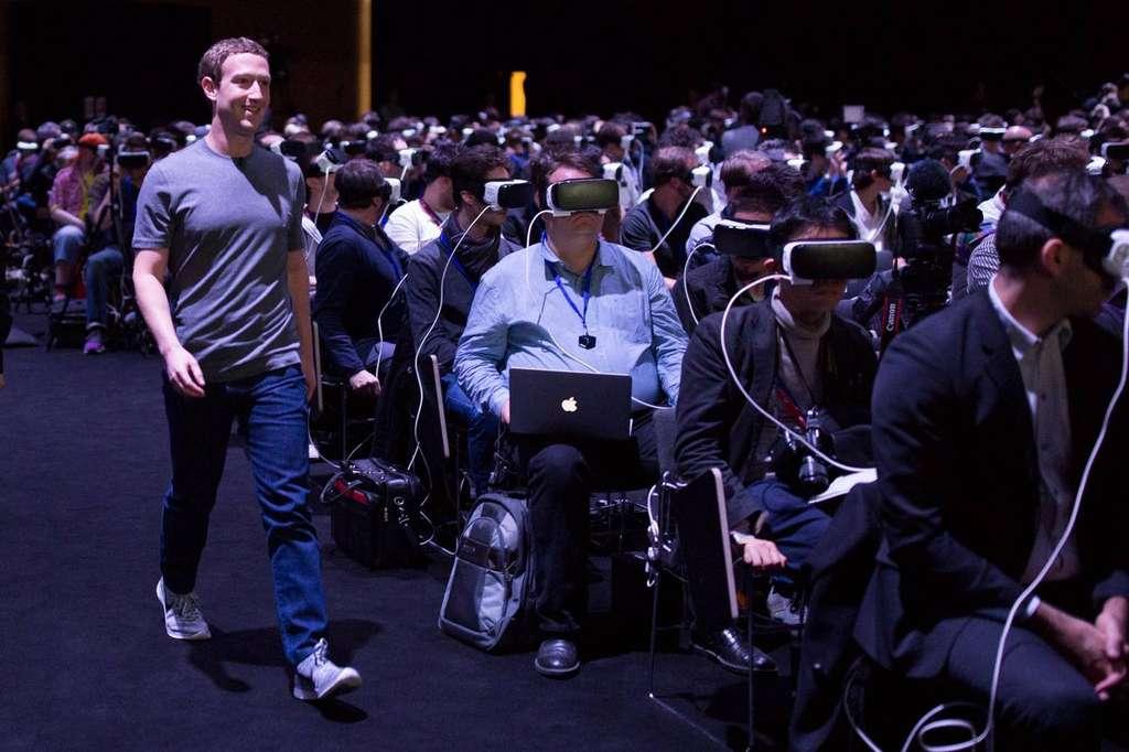 Cette photo de Marck Zuckerberg débarquant sans se faire remarquer au beau milieu de la présentation de Samsung au MWC 2016 a créé un énorme buzz sur Internet. Beaucoup d'observateurs y ont vu un scénario à la 1984 de George Orwell avec le jeune dirigeant dans le rôle de Big Brother. Zuckerberg était venu pour parler de ses projets en matière de réalité virtuelle. © Facebook