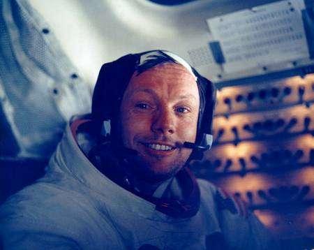 Neil Armstrong dans le LM, sur la Lune. L'équipage a peu dormi et le module lunaire, dépourvu de cabinet de toilette, ne permet pas de se laver ni de se raser. (Cliquer sur l'image pour l'agrandir.) © Nasa.