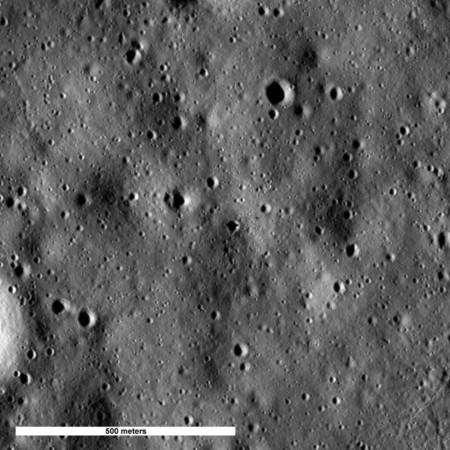L'ombre du LM d'Apollo 16 (Orion) s'étire, vers la droite, à travers un cratère, au centre de l'image. Crédit : Nasa/Goddard Space Flight Center/Arizona State University