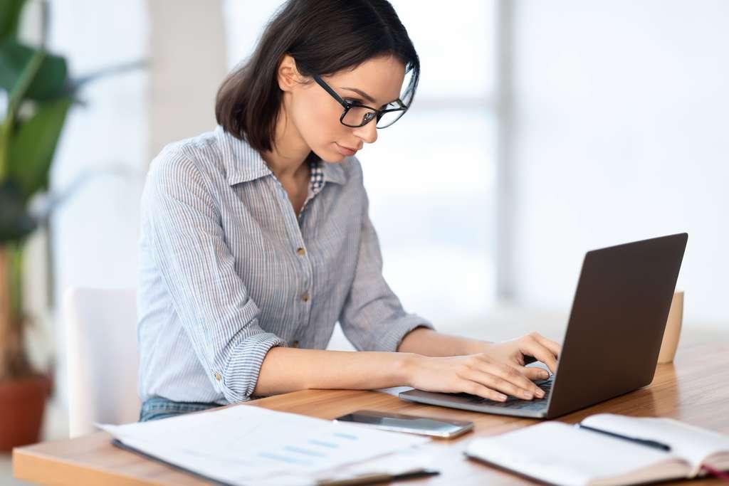 En télétravail, mieux vaut lister les différentes tâches à effectuer dans la journée. © Prostock-Studio, Adobe Stock