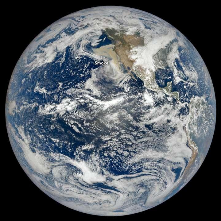 La Terre, le 9 septembre, vue par le satellite DSCOVR, à 1,5 million de km. Le nuage des incendies dans l'ouest des États-Unis est clairement visible depuis l'espace, à cette distance. © Nasa, Eodis, Lance