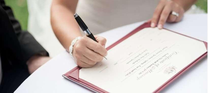Le contrat de mariage s'établit avant la signature officielle en mairie de l'acte de mariage. © DR