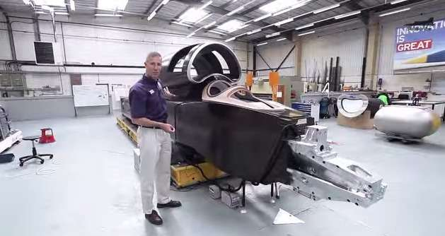 Andy Green, ex-pilote de chasse de la Royal Air Force, se tient près du cockpit de la voiture supersonique Bloodhound SSC. Cette pièce maîtresse, faite de fibre de carbone et d'aluminium, a nécessité plus de 10.000 heures de travail. © Bloodhound