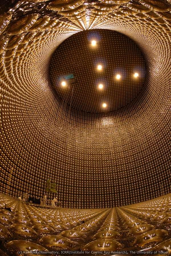Une vue de l'intérieur du détecteur Super-Kamiokande lors d'une vidange complète. En fonctionnement, les plus de 11.000 photomultiplicateurs qu'il contient sont noyés dans 50.000 tonnes d'eau. © Kamioka Observatory, ICRR, université de Tokyo
