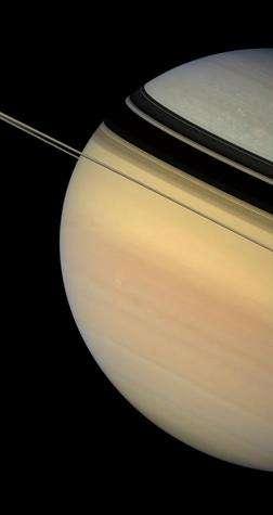 Ombres tournantes. Les scientifiques étudiant Saturne n'ont pas encore précisément déterminé la cause de la différence de couleur du nord au sud. Les survols par les sondes de la Nasa des années '80 montraient un disque planétaire plus uniforme, alors que Saturne se trouvait plus près de l'équinoxe. Ils spéculent qu'il s'agit d'un effet saisonnier. Position de Cassini : 0,5° d'inclinaison nord par rapport au plan des anneaux. Couleurs naturelles (filtres rouge, vert et bleu). Date : 4 février 2007. Distance : 1,2 million de km.