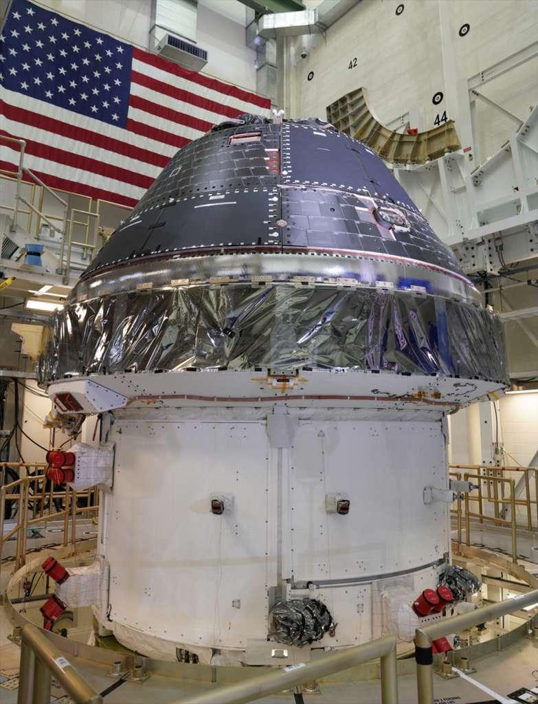 Le véhicule spatial Orion de la Nasa, construit par Lockheed Martin. La capsule est ici vue intégrée à son module de service fourni par l'ESA et construit par Airbus. À la différence du véhicule Apollo des années 60 et 70 — composé d'un module lunaire (LM) et d'un module de commande et de service (CSM) — cantonné à des allers-retours Terre-Lune, le véhicule Orion servira à voyager au-delà de la Lune. Il a été conçu pour des vols de longues durées à destination de Mars ou d'un astéroïde. © Lockheed Martin