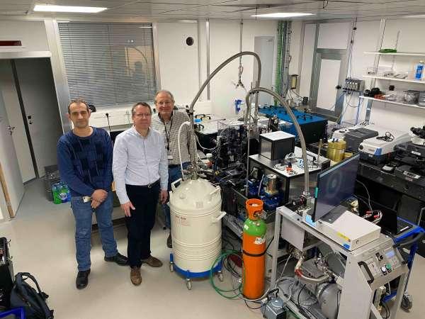 L'équipe de chercheurs sur la ligne de lumière SMIS, auprès du dispositif expérimental qui a permis la mise en évidence de l'état métallique de l'hydrogène. De gauche à droite : Florent Occelli, Paul Loubeyre et Paul Dumas. © Synchrotron Soleil
