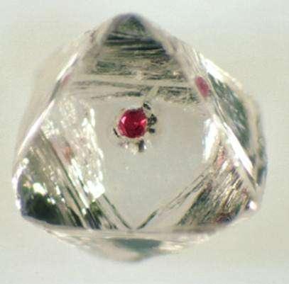 Ci-dessus, une inclusion de grenat dans un diamant de 2 mm de diamètre en taille réelle. © Stephen Richardson, université de Cape Town