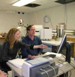 Maud Boyet et Richard Carlson au travail. Crédit : Carnegie Institution