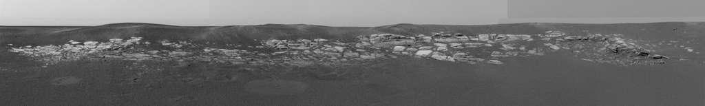 Opportunity a quitté la Terre le 25 juin 2003 et s'est posé le 25 janvier 2004 dans Meridiani Planum, près d'un affleurement rocheux. Cette région est une plaine désertique au relief peu prononcé et renfermant une forte concentration d'oxyde de fer située à 2 degrés sud de l'équateur. © Nasa