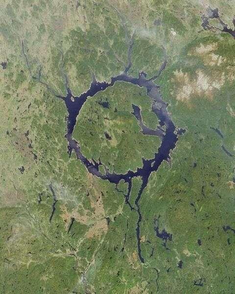 Le cratère du golfe du Saint-Laurent n'est pas le premier découvert dans la Côte-Nord. En effet, cette région canadienne abrite également le réservoir Manicouagan, qui n'est autre que le cinquième plus grand cratère répertorié sur Terre (diamètre actuel de 72 km). © Nasa, Wikimedia Commons, DP