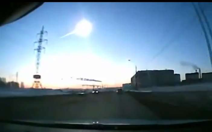 Le matin du 15 février 2013, près de Tcheliabinsk, en Oural, une longue traînée lumineuse est apparue dans le ciel. Une énorme explosion a suivi, dont le souffle a causé de nombreux dégâts et des victimes, pour la plupart blessées par les éclats de verre projetés par les vitres brisées. L'objet était une modeste chondrite d'une quinzaine de mètres de diamètre. © Rickgobe, YouTube