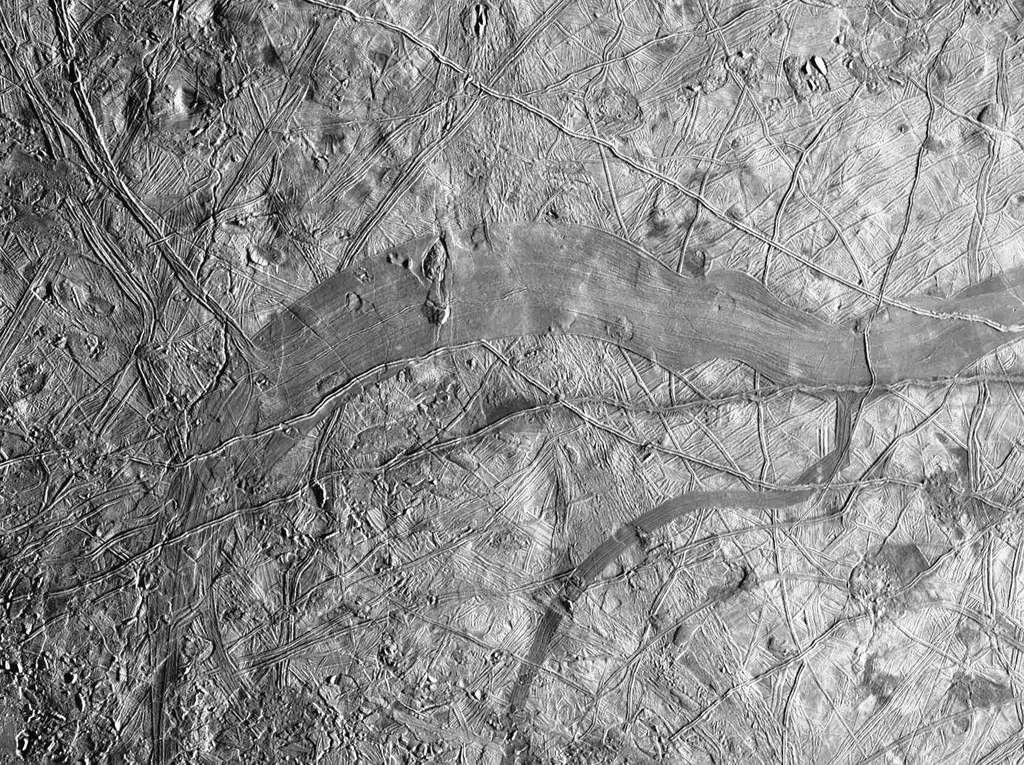 Cette image a été prise non loin de l'équateur d'Europe. Elle montre environ 135 kilomètres carrés de la lune glacée de Jupiter. Une bande grise se détache clairement. Il s'agit de Phaidra Linea, qui montre que la banquise d'Europe a été déchirée à cet endroit. Certaines structures se correspondent de part et d'autre de la région occupée par de nouveaux matériaux. L'ensemble fait irrésistiblement penser à l'expansion des fonds océaniques sur Terre. © Nasa, JPL