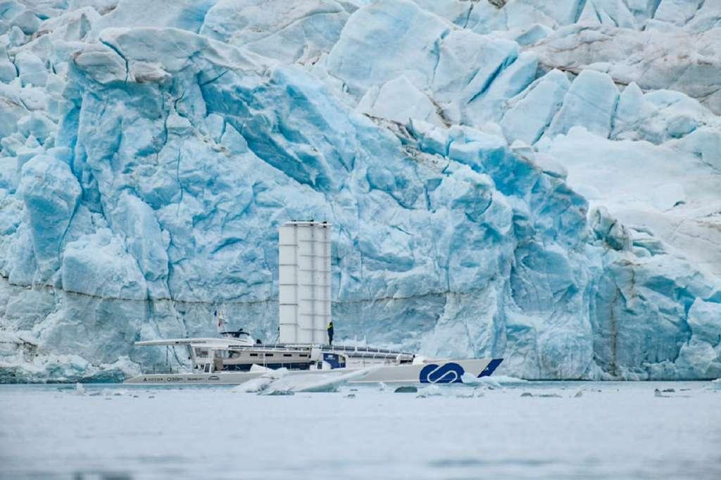Le navire Energy Observer, démonstrateur technologique pour la propulsion aux énergies renouvelables et à l'hydrogène, devant un glacier au Svalbard. © Energy Observer
