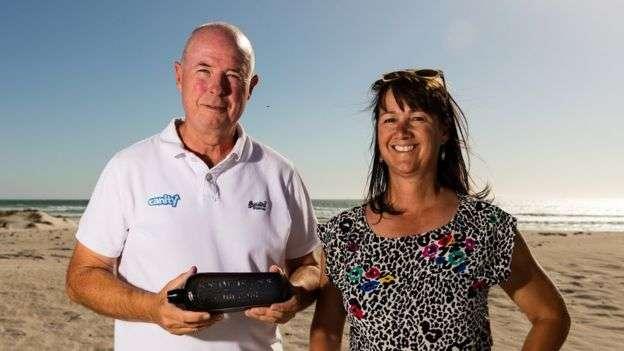 Kym et Tonya Illman posant avec la bouteille qu'ils ont trouvée sur l'île de Wedge. © Kymillman.com