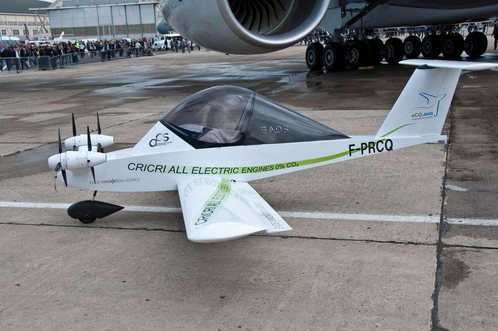 Le Cri-Cri électrique présenté par EADS au Salon du Bourget 2011. Cet appareil très léger a été équipé de moteurs électriques à diverses reprises. Le modèle d'EADS porte quatre moteurs : c'est le plus petit quadrimoteur du monde. Construit à un unique exemplaire, il est d'abord un moyen d'étudier cette motorisation. © EADS