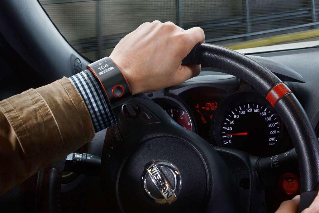 La montre Nismo de Nissan, qui n'est pour le moment qu'un concept, ambitionne de créer un lien inédit entre le conducteur et son automobile à la fois pour l'informer, mais aussi pour l'aider à progresser dans sa conduite. © Nissan
