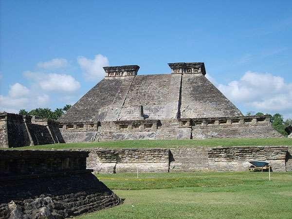 Le bâtiment 5 est l'un des temples visibles sur le site d'El Tajín. © Simon Burchell, Wikimedia Commons, cc by sa 3.0