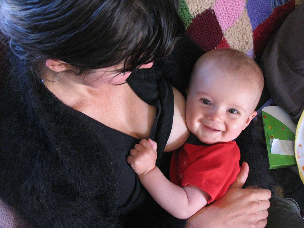 Pour la plus grande joie des bébés, le lait maternel est préconisé pour les nourrir. L'OMS recommande un allaitement exclusif quand cela est possible durant les six premiers mois de la vie. © Milkwooders, Flickr, cc by nc sa 2.0