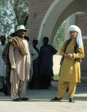 La tenue traditionnelle : shalwar-kamiz, patka et chabuvs. De gauche à droite : Mir Haiser Shahwani et Jean-Loup Welcomme. © 1999 MPFB (POA)