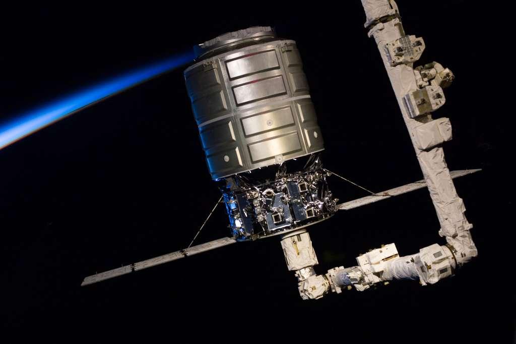 Trois semaines après son arrivée à l'ISS, pour un vol de démonstration destiné à livrer du fret, le cargo Cygnus vient de s'en séparer pour effectuer une rentrée atmosphérique destructive. © Nasa