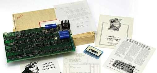 L'Apple-1, numéro de série 82, vendu 741,66 dollars le 12 juillet 1976, présenté par Christie's pour sa vente aux enchères. À côté de la carte-mère, on remarque la documentation abondante, dont celle de l'interface cassette, une lettre signée Steve Jobs et une cassette étiquetée Basic. © Christie's