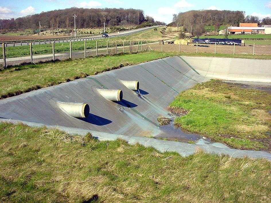 Les bassins d'orage routiers ne servent pas seulement à récupérer les eaux de pluies excédentaires. Ils ont aussi un rôle de dépollution des réseaux routiers. © Lamiot, Wikimedia Commons, CC by 3.0