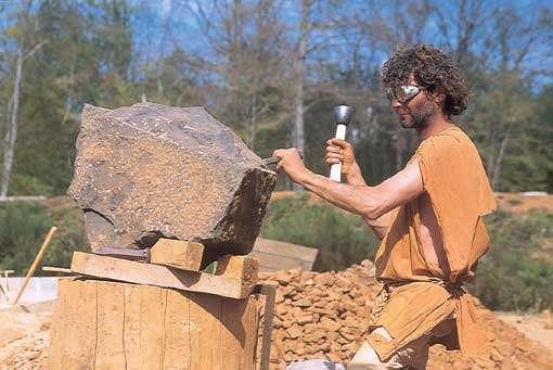 Tailleur de pierres. © Guédelon - Reproduction et utilisation interdites - Tous droits réservés