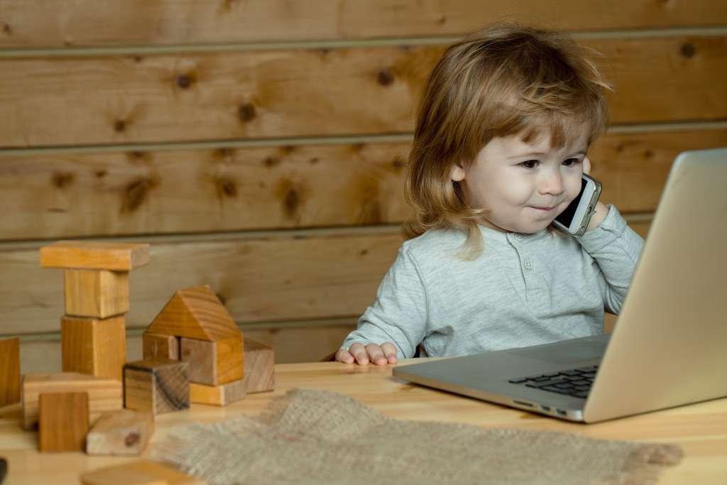 L'Anses, l'agence nationale de sécurité sanitaire de l'alimentation, de l'environnement et du travail, recommande de limiter l'usage du téléphone portable par les enfants. © glebTv, Shutterstock