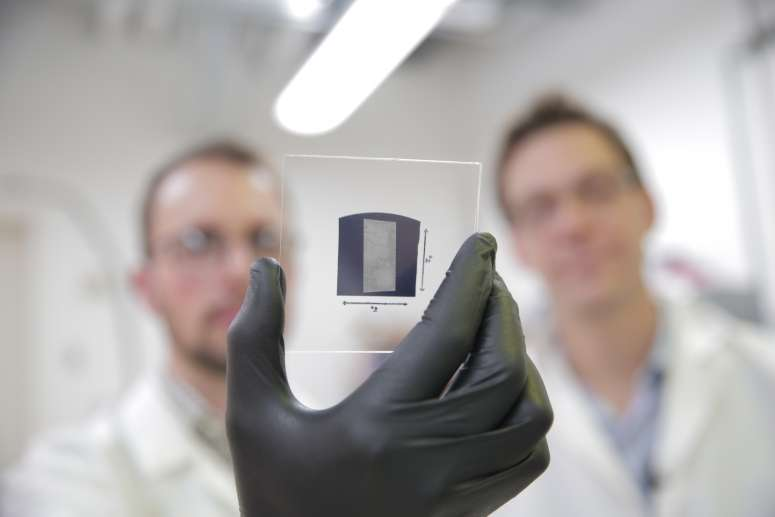Grâce à un procédé qu'ils ont eux-mêmes développé, les ingénieurs de l'université du Wisconsin peuvent déposer sur un substrat d'environ 2,5 x 2,5 cm des nanotubes de carbone parfaitement alignés, et ce en seulement cinq minutes. C'est l'une des étapes indispensables à la production de transistors à base de nanotubes de carbone. © Stephanie Precourt, UW, Madison College of Engineering